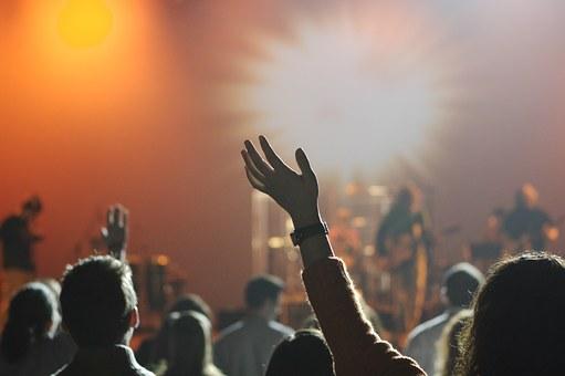 Kontrola bezpieczeństwa imprezy masowej a przerwanie, zakazanie i odwołanie imprezy