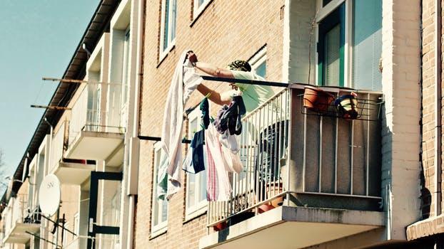 Wylanie, wyrzucenie i spadnięcie rzeczy z pomieszczenia czy balkonu, a odszkodowanie za szkodę