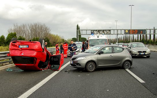 Szkoda całkowita samochodu, auta po wypadku, a odszkodowanie od ubezpieczyciela